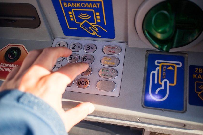 jak vybírat z bankomatu v zahraničí